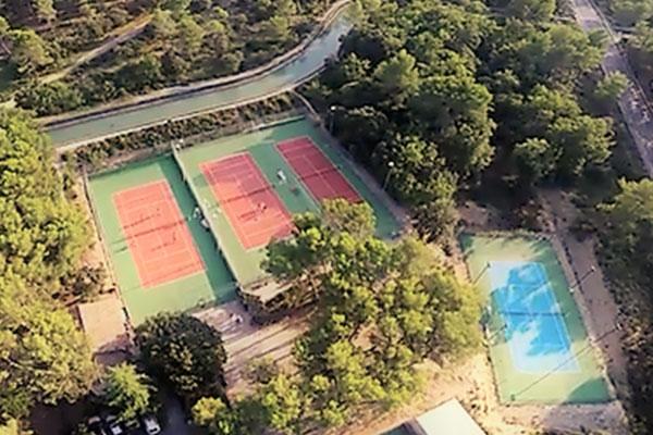 grande-maison-vacances-charleval-tennis