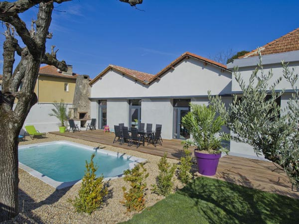 ma-vie-la-charleval-location-grande-capacite-provence-600 le jardin avec piscine