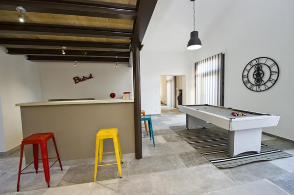 ma-vie-la-charleval-location-grande-capacite-provence-600 le bar et le billard