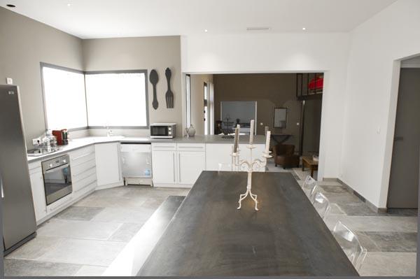 ma-vie-la-charleval-location-grande-capacite-provence-600 la cuisine ouverte sur le salon