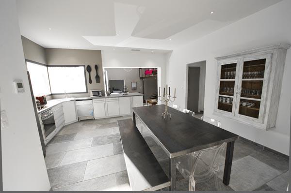 ma-vie-la-charleval-location-grande-capacite-provence-600 la grande table de la salle à manger