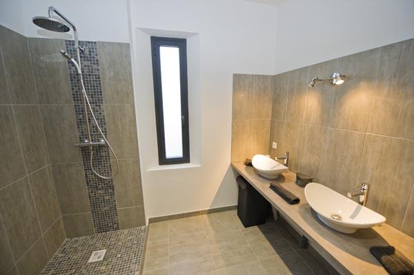 ma-vie-la-charleval-location-grande-capacite-provence-600 la deuxième salle de bains avec douche italienne