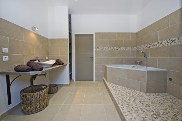 ma-vie-la-charleval-location-grande-capacite-provence-600 la grande salle de bains avec baignoire et douche italienne